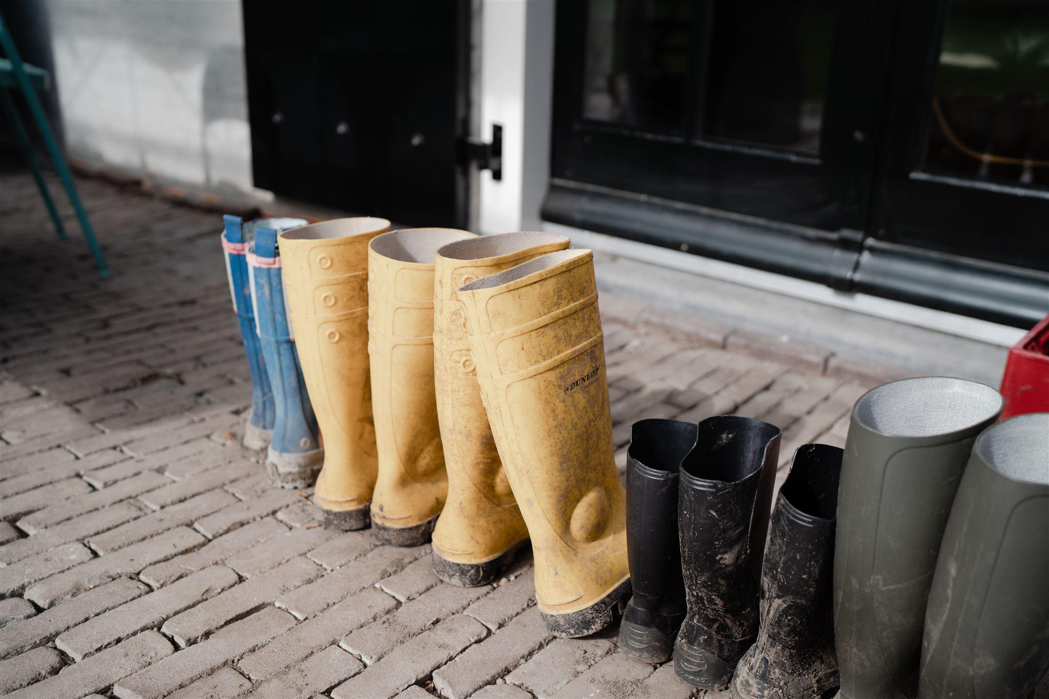 Familie laarzen voor de deur